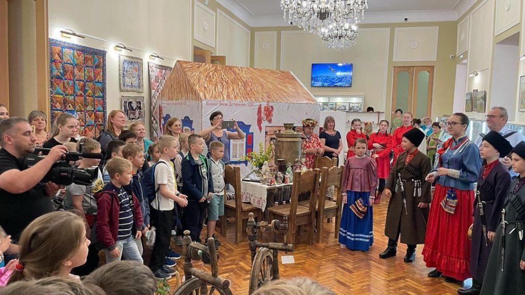 Выставка «Казачья хата» открылась в Ставропольском краевом Доме народного творчества